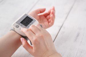 Blutdruck messen am Handgelenk