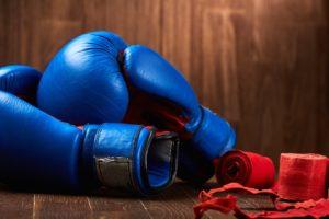 Boxhandschuhe und Bandagen fürs Fitnessboxen am Boxsack oder Punchingball