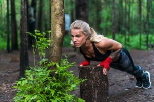 Frau macht Outdoor Fitness