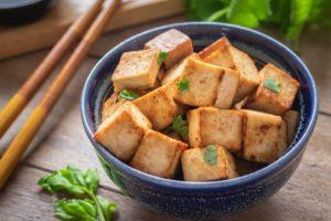 Gebratener Tofu in einer Schüssel