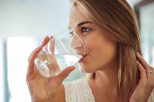 Großes Glas Wasser trinken