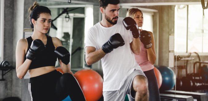 Mann und Frau beim Boxen ohne Gegner