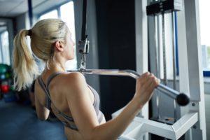 Beliebte Übung bei Frauen: Latzug zur Brust