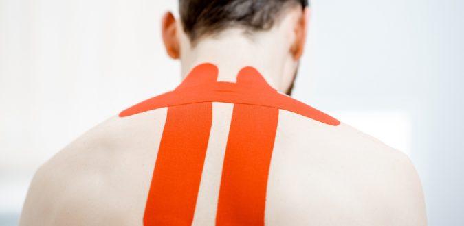 mann mit tape am nacken
