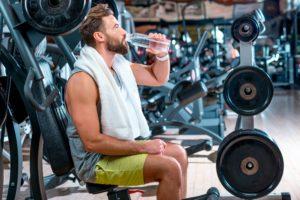 Wasser trinken beim Training