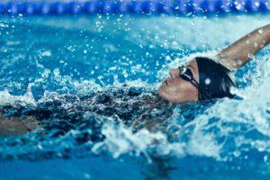 Muskeln aufbauen durch Schwimmen: Frau beim Rückenschwimmen