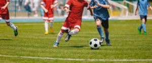 Fußballspieler setzt zum Schuss an