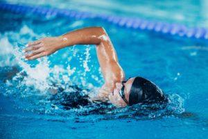 Fitness-Training im Wasser: Frau beim Kraulschwimmen