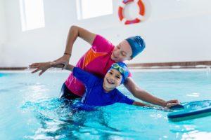 ein kind lernt die kraulbewegung beim schwimmen kennen