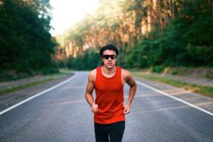 mann läuft auf straße mit sportbrille
